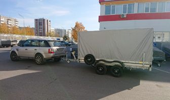 Range Rover и прицеп Трейлер 82942К с кузовом 3,5 на 2 метра для перевозки 2 снегоходов