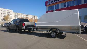 Volkswagen Amarok и прицеп Трейлер 829450 с кузовом 3,5 на 1,5 и пластиковой крышкой для перевозки снегохода BRP Ski-Doo Summit
